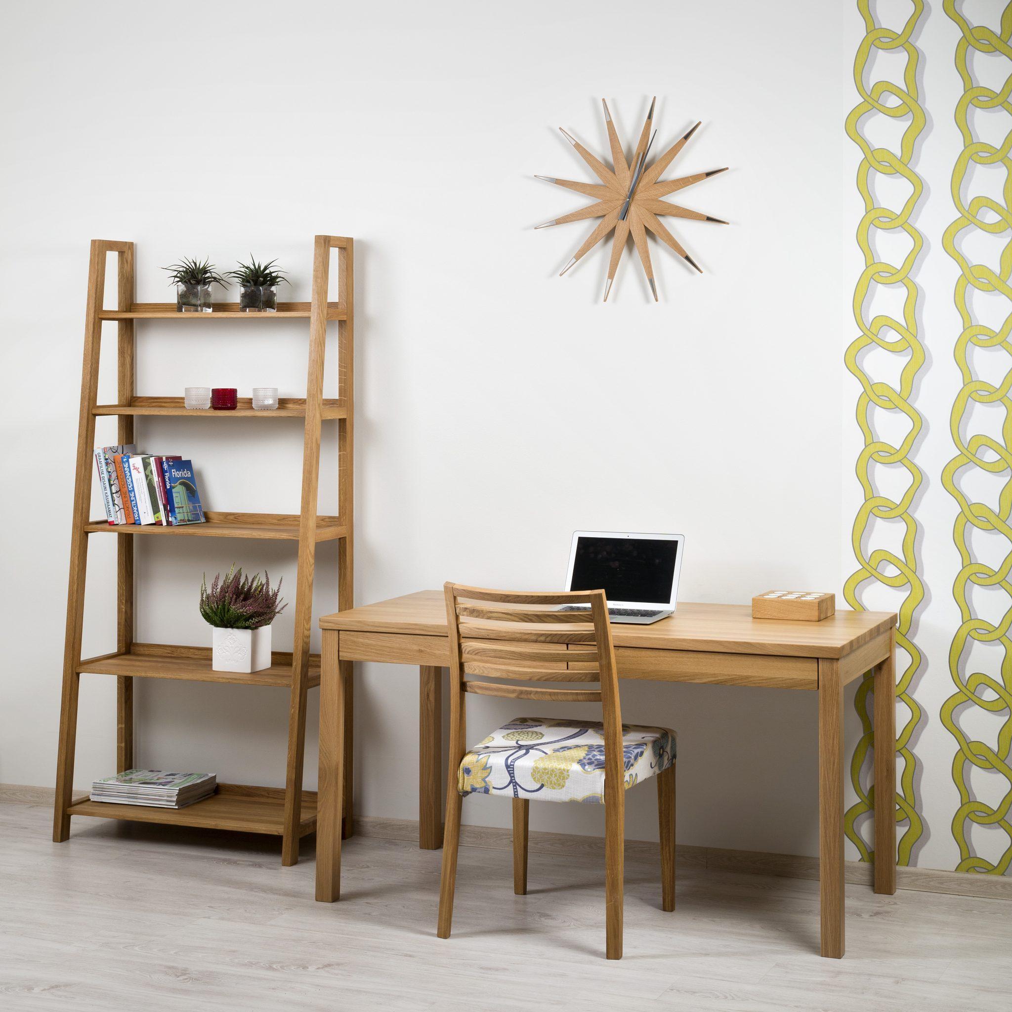 pieni kirjoituspöytä, ruokapöydän tuolit,hyllyt, avohyllykkö, metallihyllyt, puuhylly,